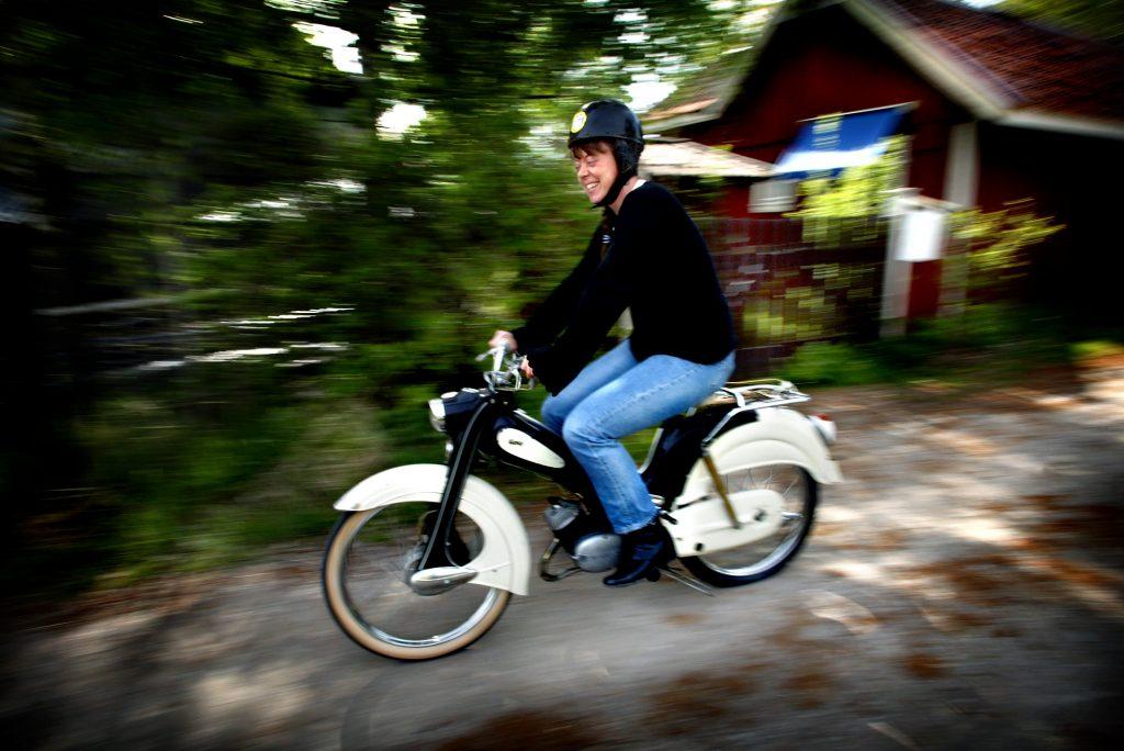 Fast som mopedfantast är Susanne Axlund efter att hon lärde känna det tyska mopedmärket Victoria. *** Local Caption *** Susanne Axlund samlar på antika moppar, har över 40 stycken