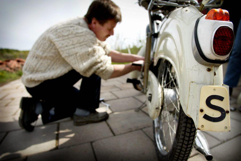 Mekandet är ett inslag som gör det roligt att hålla på med mopeder, tycker Mikael Axlun. – Särskilt när det är rör sig om kvalitet som håller för jämnan bara den underhålls. *** Local Caption *** Susanne Axlund samlar på antika moppar, har över 40 stycken
