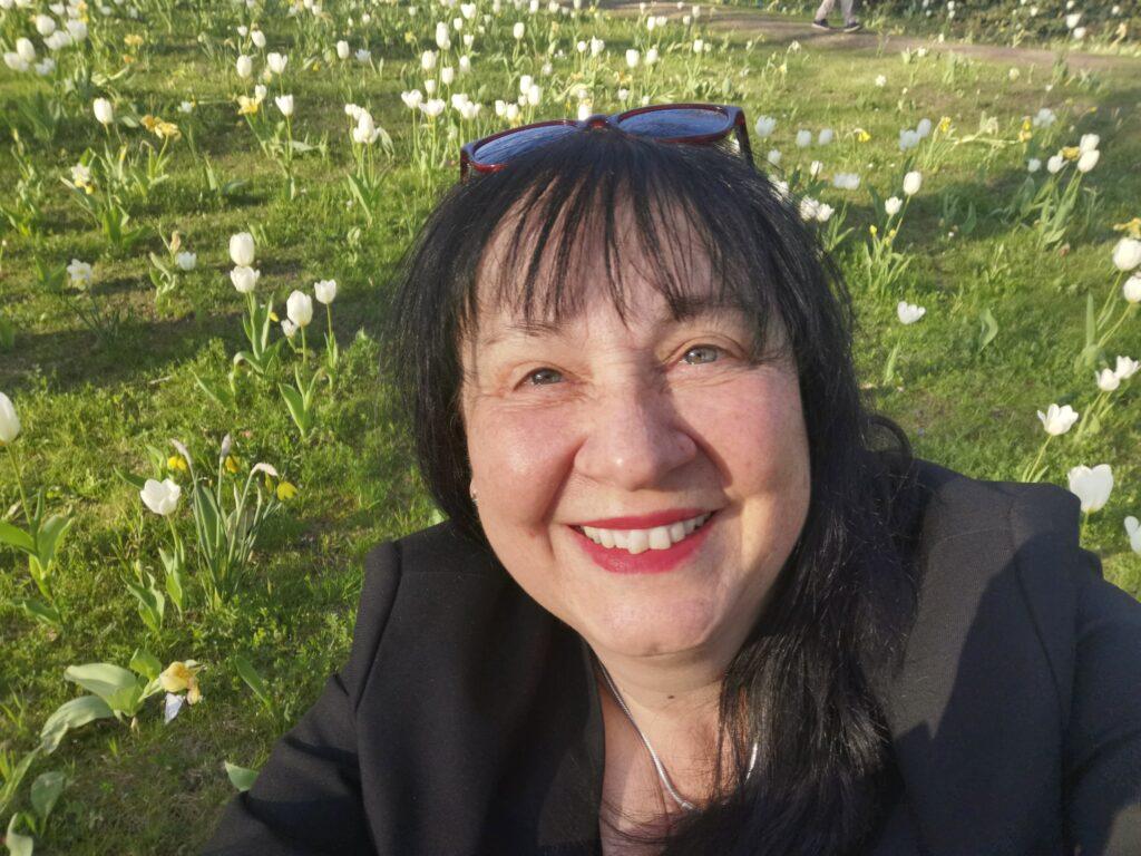 Christa Schäfer inmitten einer Wiese voller blühender Tulpen