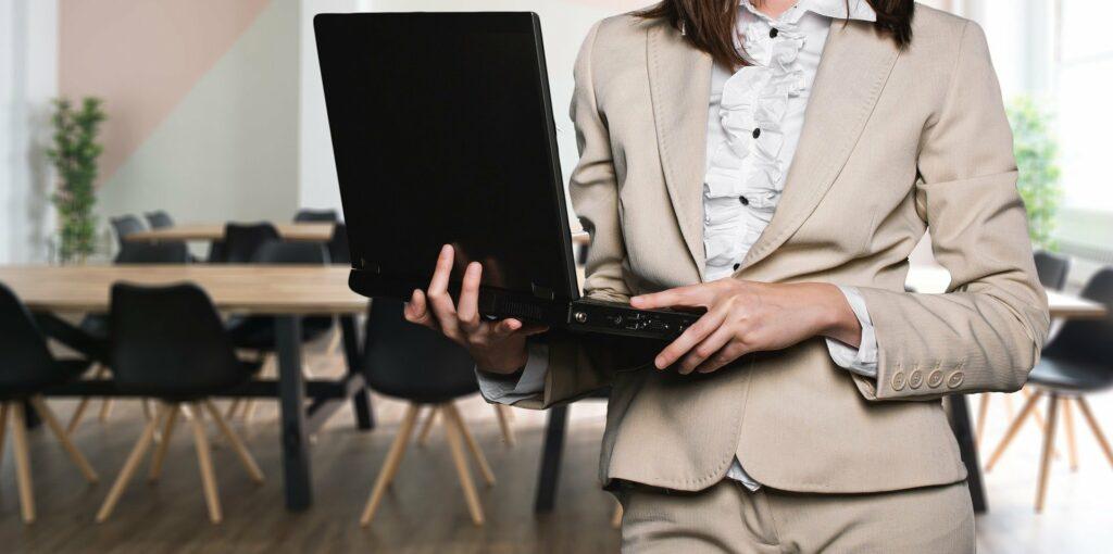 Frau trägt Computer