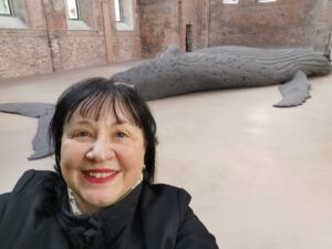 Christa vor einem großen abgeformten Wal