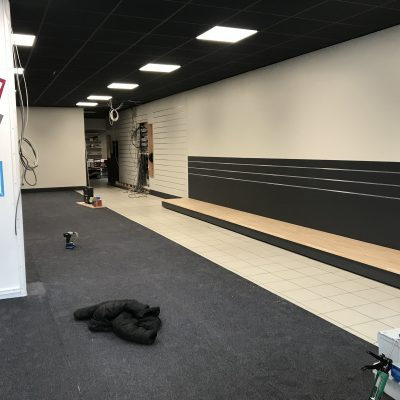 Entrée showroom et coin TV/barres sons