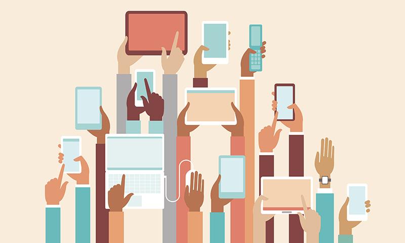 hænder der holder forskellige devices