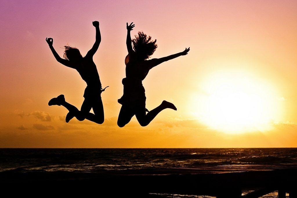 2 mennesker der hopper af glæde