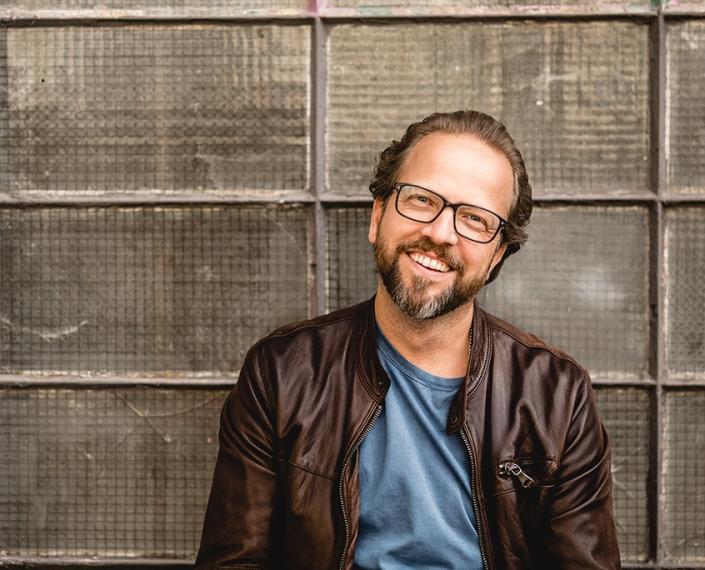 Christoph Jaschke lacht in die Kamera
