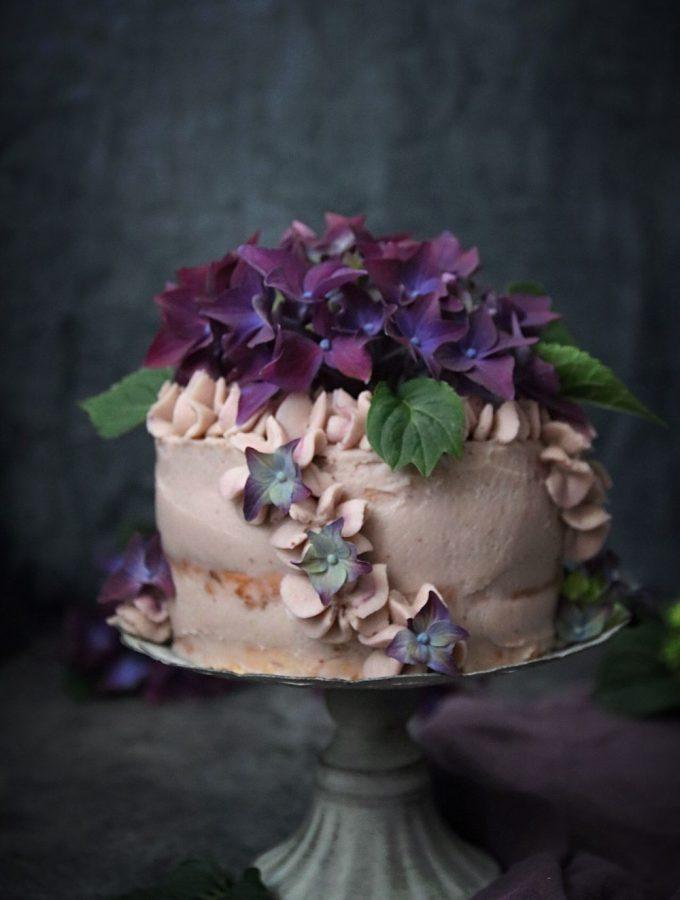 ANGEL FOOD CAKE TÅRTA MED FÄRSKOST FYLLNING OCH BLÅBÄRSPURÉ ~ ett sent firande
