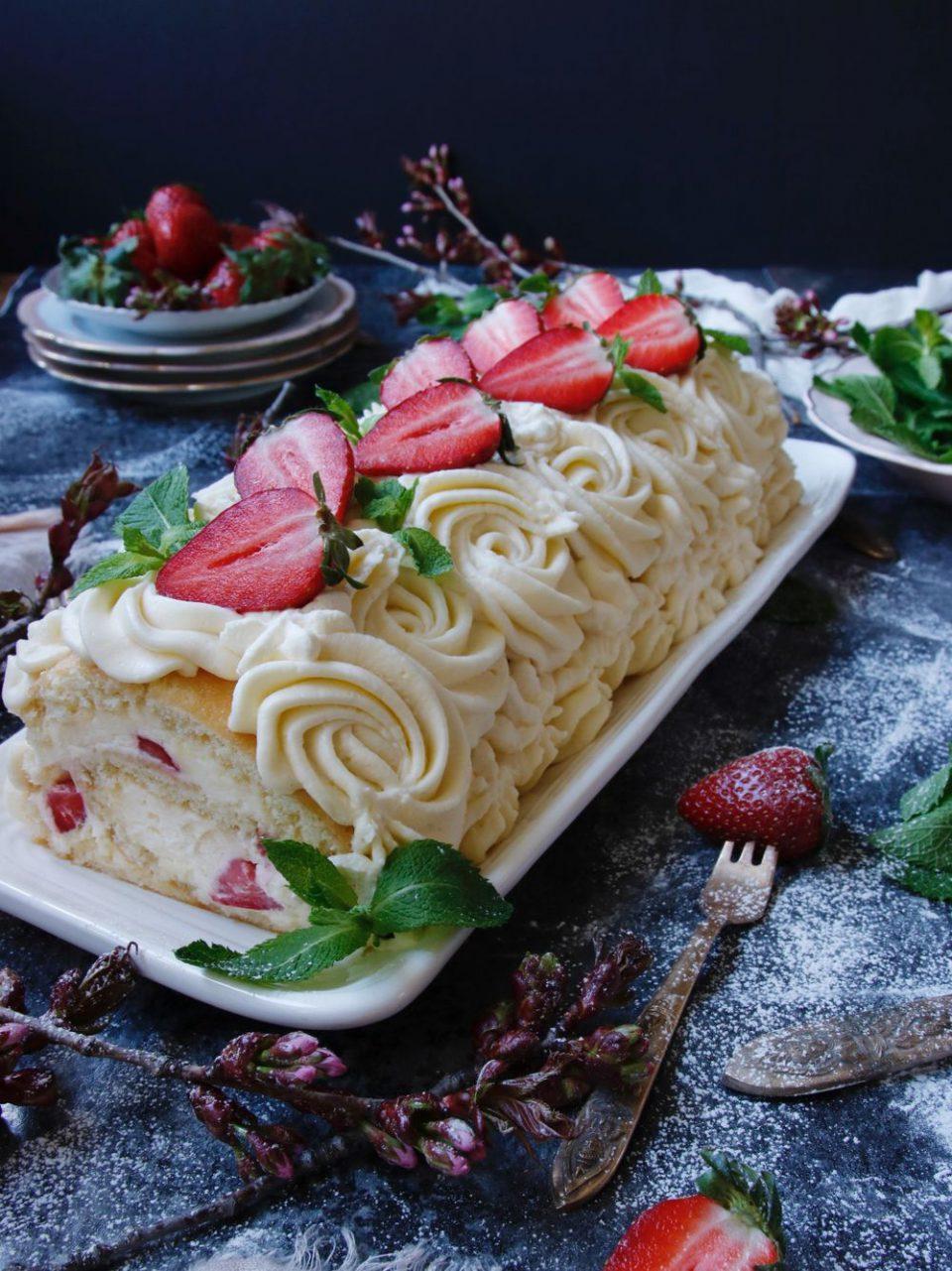 himmelsk jordgubbsrulltårta