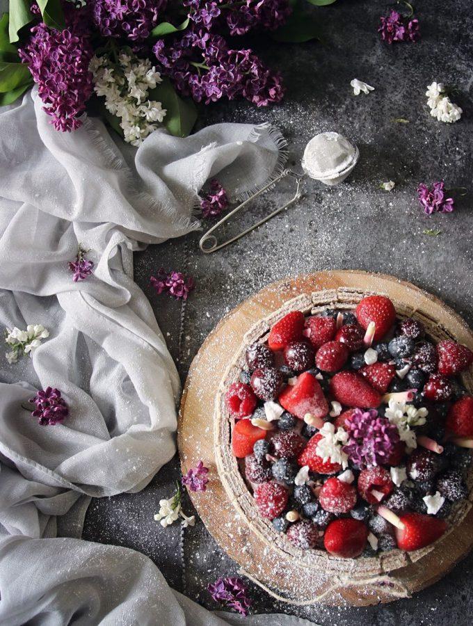 Drömtårta med vaniljkräm och färska bär