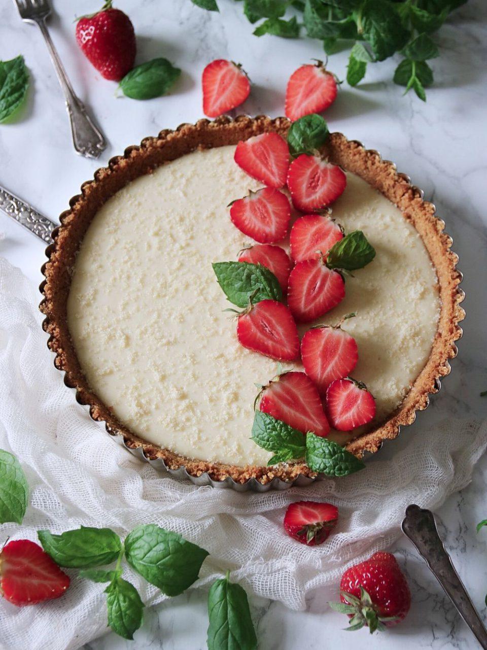 paj med vit choklad och jordgubbar
