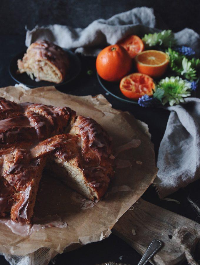 flätad brioche med mandelmassa och blodapelsin