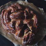 flätad brioche med mandelmassa och blodapelsin glasyr
