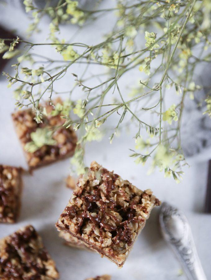 no-bake havregrynsrutor med jordnötssmör och choklad