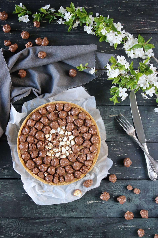 no-bake jordnötspaj med karamell och chokladpopcorn