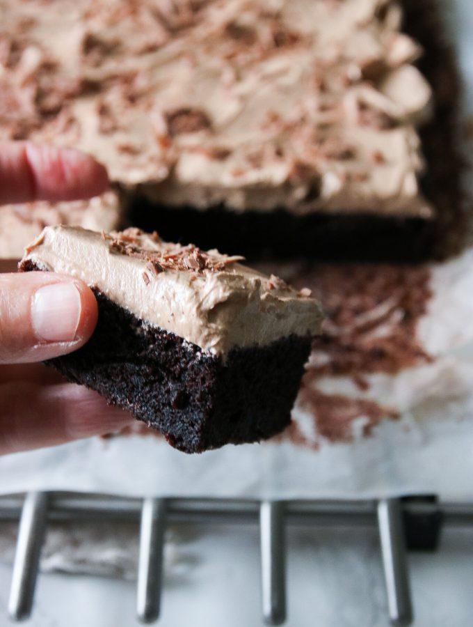 chokladkaka i långpanna med mjölkchokladfrosting