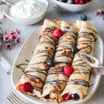 fyllda pannkakor med grädde och bär
