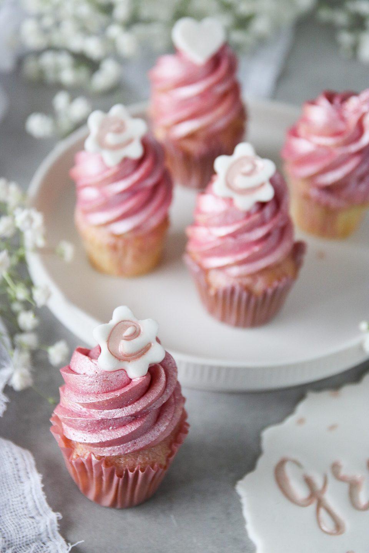 vaniljcupcakes med vit chokladkräm