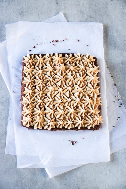 mjuk chokladkaka med jordnötssmörkräm