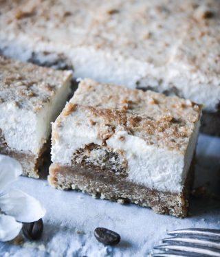 En no-bake Tiramisucheesecake. Japp du hörde rätt så tagga en kompis som skulle älska en bit. Recept ⬇️  Antal ca 20 bitar Tid: ca 30 minuter BOTTEN: * 400 g digestivekex, finkrossade * 200 g smör, smält * 8 – 10 stycken Savoiardikex CHEESECAKE: * 1 1/2 msk gelatinpulver * 4 msk kallt vatten * 500 g färskost, rumstempererat * 1 1/2 dl vispgrädde * 1 dl florsocker * 1 tsk vaniljsocker * 2 dl bryggt kaffe GÖR SÅ: 1. Fodra en form, ca 20 X 20 cm, med bakplåtspapper och ställ åt sidan. 2. Blanda kex ( men spara 4 msk till garnering) med smält smör till en gryning massa. Tryck massan i botten på formen, använd baksidan av en matsked eller glas för att packa massan ordentligt. 3. Doppa snabbt varje kex i kaffe och lägg glest på botten. Ställ formen åt sidan. 4. I en liten skål lägg gelatinpulvret och kallt vatten. Rör i och låt svälla i ca 5 minuter. Mikra sen 10-15 sekunder tills gelatinet har smält. Rör i och låt svalna. 5. I en stor skål vispa färskost, vispgrädde och florsocker samt vaniljsocker. 6. Tillsätt gelatinet under fortsatt vispning. 7. Häll cheesecaken mellan kexen och sen över, försiktigt så du inte mosar dem. Jämna till ytan. 8. Strö kex över och plasta in formen ordentligt. Ställ kallt i ett par timmar eller över natten. Skär i lagom bitar innan serveringen. Njut! @simonamuntean_  #cheesecake #nobake #tiramisu #baka #fika #simonamuntean_ #fikatime #hembakat