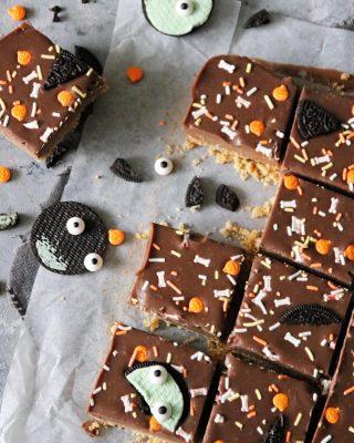 Tips till Halloween. Bars med jordnötssmör och choklad samt enklaste dekorationen med Oreo och ögonströssel. Klicka på länken i min profil för recept. #choklad #hembakat #kakor #fika #köket