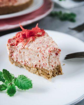 """Blev en no-bake morotscheesecake hur tokigt det än låter. Alltså en """"vart har du varit hela mitt liv? """" god. Två bitar slank ner på nolltid. Hittade alldeles för fina morötter i matbutiken så jag var bara tvungen baka med. Fick med mig hem 5 kg🥕🥕🥕, jag vet🙈. Har du tips på annat med morötter förutom morotskaka? Hit me... Tryck på länken i min profil för receptet. #morotskaka #nobake #cheesecake #mittkök #allakanbaka #hembakat #köketse #fika"""