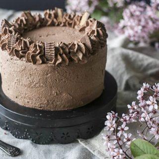 Föreställ dig len choklad- och jordnötsmousse på en kladdig browniebotten täckt i chokladgrädde och garnerad med Reese´s Peanut Butter cups.   BLÄDDRA och se insidan av tårtan.  TAGGA  gärna dina vänner så de också får receptet och börjar följa @simonamuntean_ 🙏🏻❤️  RECEPT HÄR ⬇️ @simonamuntean_ (klicka sen på länken i min profil)  #simonamuntean_ #baka #hembakat #fika #swedishfika #recept #matbloggarna #allakanbaka #tårta #choklad