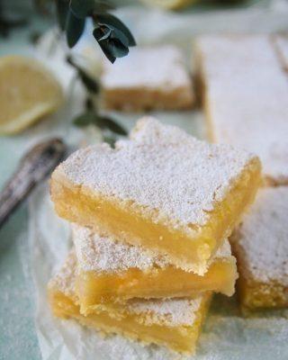 Citron, antingen älskar eller hatar du i bakverk. Hur ska du ha det? Jag själv är ingen fan av citronbakverk, det är ingen hemlighet. Men dessa citronrutor, jädrans vad goda dem är. Följ mig på @simonamuntean_ för massa härligheter. Och du... Tryck på länken i min profil för receptet. #citron #kakor #hembakat #baka