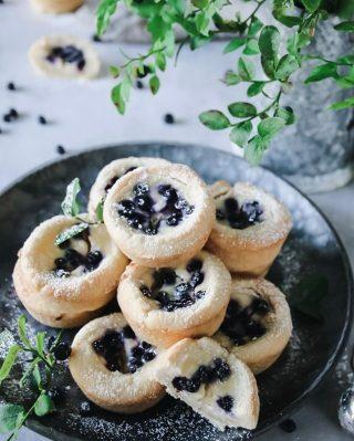 Blåbärscheesecake grottor. Vad tror du om dem? Var inte snål, tryck på ❤️ om du älskar grottor. Tagga en vän som kan behöva lite inspo och följ @simonamuntean_ för mer smaskiga recept. Tryck på länken i min profil för receptet. #mördegskakor #baka #hembakat #hallongrottor
