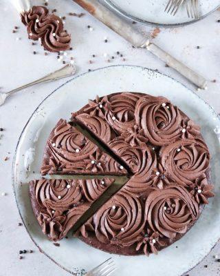Choklad på choklad eller chokladmousse på en kladdkaka. Det krävs så mycket choklad för att klara mig igenom dagen. Tryck på länken i min profil för recept. Och följ följ FÖLJ @simonamuntean_ . #choklad #kladdkaka #hembakat #baka