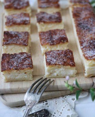 Cheesecakebitar med smördegstäcke. Tagga en kompis som skulle uppskatta en bit eller två till fikat. Tryck på länken i min profil för receptet.  #cheesecake #ostkaka #simonamuntean_ #fika #fikatime  #swedishfika  #kaka #hembakat #baka