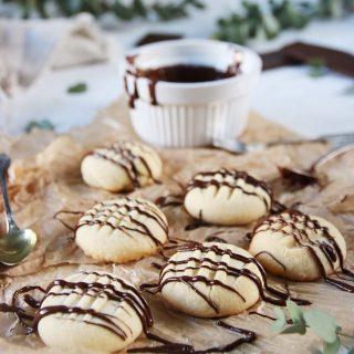 Superenkla spröda vaniljkakor till helgens fika. Receptet finns via länk i min profil. Eller sparar du detta och väntar på ett pangrecept som kommer ikväll. Den som väntar på något gott... #fika #hembakat #köketse #mördegskakor #kakor
