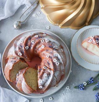 Att bjuda på en vacker kaka bakat i en av @nordicwarescandinavia formar är en kärleksförklaring i sig. Har bakat en gudomligt saftig och god valmokaka med apelsinglasyr till Alla hjärtans dag. Formen jag har använt heter Swirl Bundt Pan och är en av de vackraste enligt mig. Tryck på länken i min profil för receptet. #bundtstagram #nordicwarescandinavia #nordicware #sockerkaka #hembakat #baka #simonamuntean_