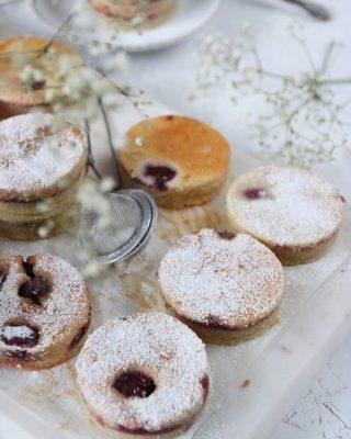 Mjuk vaniljkaka med sylt. Jag stansade ut rundlar bara på skoj men du kan skära i rutor så klart.  Tryck på länken i min profil för receptet.   #sockerkaka #simonamuntean_ #fika #fikatime  #swedishfika  #kaka #hembakat #baka
