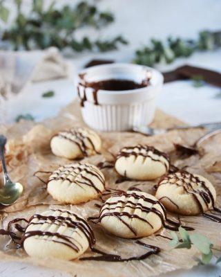 Vaniljkakor, enkla och så goda. Tagga en vän som skulle behöva en smaskig fika idag. Tryck på länken i min profil för receptet och följ mig på @simonamuntean_ för flera smaskiga recept. #kakor #baka #hembakat #matbloggarna #swedishfika #simonamuntean_