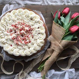 Red Velvet cheesecake och dagens bukett. Snart är det helg. Det var länge sen jag längtade så mycket till helgen, att kunna stänga av alarmet på telefonen och dra mig länge i sängen. Idag känner mig extra trött och energilös. Ush vilken känsla så välkommen fredag. Receptet på cheesecaken finner du via länken i min profil. #fika #hembakat #baka