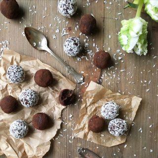 Idag tänker jag mig att alla ska kunna äta chokladbollar om de vill. Så här kommer ett enkelt och supergott recept på som är veganskt, gluten- och sockerfri . Med betoning på supergott. ⬇️⬇️⬇️ En sats ger ca 20 bollar beroende på hur stpra du gör dem Tid: 10 minuter   Ingredienser: * 20 färska dadlar urkärnade * 2 dl mandelmjöl * 2 msk ekologisk kokosolja eller kokosfett * 3 msk kakao * 1 msk kallt starkt brygd kaffe * 2 dl kokosflingor/ finhackade nötter eller kakao att rulla bollarna i  Gör så: 1. Blanda alla ingredienser i matberedaren och kör några sekunder i taget eller mosa med gaffel och blanda för hand tills allt har blandas. 2. Ställ smeten i kylskåp för ca 15 minuter om den är för mjuk. 3. Rulla till bollar och rulla varje boll i kokosflingor. 4. Förvara chokladbollarna i kylskåp i låda med lock. Tips! Ska du rulla bollarna i kakao gör det precis innan servering annars kommer dem bara att bli fuktiga och kladdiga.  @simonamuntean_  #simonamuntean_ #veganskt #glutenfritt #glutenfria #sockerfria #chokladbollar
