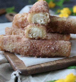 Färskostfyllda churrosrolls. Kanske fel att kalla dem så men fokusera på det viktigaste här. Hur goda alltså. Ska du och dina kompisar testa? Spara inlägget och tagga en vän. Eller gå ut i köket. NU! Recept ⬇️. Till 4 personer Tid: 25-30 minuter Du behöver: 16 skivor formbröd 200 g färskost naturell 1/2 tsk vaniljsocker 2 dl brunsocker eller strösocker 1 1/2 msk malen kanel 150 g smält smör Gör så: Sätt ugnen på 175º C och lägg bakplåtspapper i botten på en plåt. Ställ åt sidan. Kavla varje brödskiva riktigt tunt. I en skål vispa snabbt osten, vaniljsocker och 1 dl strösocker. I en annan skål blanda kanel och resten av sockret, 1 dl. Bre osten på brödskivorna. Rulla varje skiva och vänd snabbt i smält smör och sen i socker och kanel. Ställ på plåten med skarven neråt. Baka för 10-15 minuter, beroende på ugn, tills de börjar puffa. Servera varma med en kopp kaffe eller mjölk till. #hembakat #baka #matbloggarna #simonamuntean_ #churros #rolls
