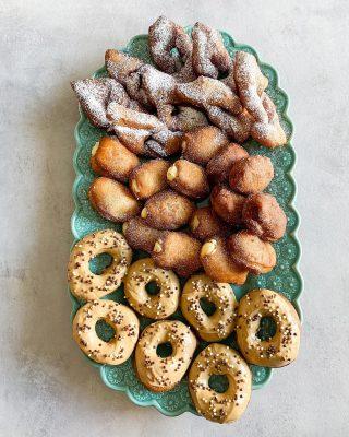 Munkar. Vilken är din favorit? 1. Med chokladglasyr och strössel 2. Fyllda med vaniljkräm 3. Fyllda med hallonsylt 4. Med florsocker  Bläddra bland bilderna så ser du min favorit. Otippat? Nääääää...  #simonamuntean_  #munkar #donuts #baka #hembakat #choklad #vaniljkräm #fika #fikatime