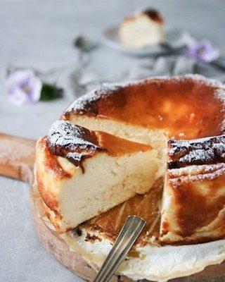Baskisk bränt cheesecake. Jag ska inte försöka förklara utan du får baka den helt enkelt. Enkelt och skitgott. Tryck på länken i min profil för receptet. Du måste bara baka den. Skitgod. Ja nu har jag sagt det igen 🙊  #cheesecake #simonamuntean_ #fika #fikatime  #swedishfika  #kaka #hembakat #baka