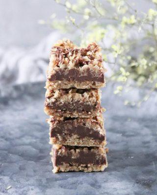"""Havregrynsrutor med jordnötssmör och choklad. Bara för det är fredag. No-bake och """"smälter i munnen"""" goda Tryck på länken i min profil för receptet. #choklad #fika #hembakat #simonamuntean_ #baka # swedishfika #nobake #havregryn"""