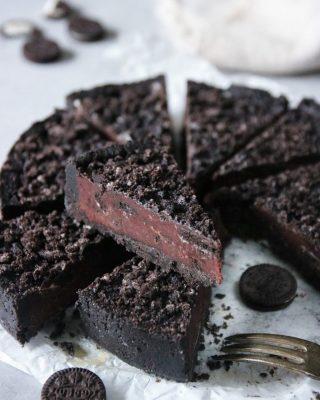2021 är året när vi både delar med oss mer och visar ännu mer kärlek. ❤️ Tagga en kompis som också älskar Oreos och följ @simonamuntean_ för flera enkla recept. Med bara 4 ingredienser och på 30 minuter får du en no-bake chokladpaj med Oreos. Tryck på länken i min profil för recept. #choklad #paj #hembakat #följtips