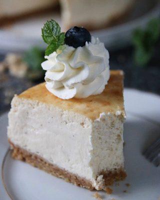 En krämig cheesecake att pigga upp söndagen med. Det är -13 grader ute så det behövs. Tryck på länken i min profil för receptet. #baka #hembakat #fika #matbloggarna #simonamuntean_ #cheesecake #swedishfika