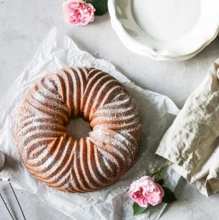 Nu är väntan över.  Bläddra så ser du insidan av min sockerkaka med kardemumma och rabarberkompott. Och så ser du exakt hur jag har gjort.   TAGGA en vän som älskar fika och som skulle uppskatta den.   TRYCK på länken i min profil för receptet.  Pssst! Den vackra formen heter Bavaria Pan. ❤️  #simonamuntean_ #fika #baka #allakanbaka #mittkök #sockerkaka #fika #rabarber #nordicwarescandinavia