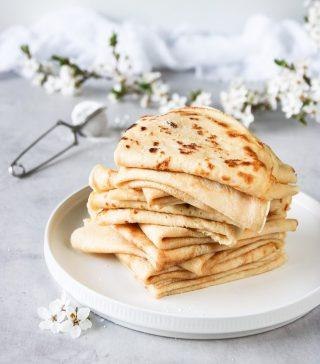 En trave med mammas pannkakor skulle vara som balsam för själen just nu. Betoning på SKULLE…   TRYCK på länken i min profil om du vill testa receptet.  ✨För flera härliga bakverk FÖLJ @simonamuntean_ ❤️.✨  #simonamuntean_ #fika #baka #allakanbaka #mittkök #hembakat #pannkakor
