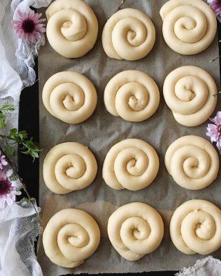 Vem skulle du dela med? Bland de godaste vaniljbullarna jag har ätit. Ensaimadas. Följ @simonamuntean_ för flera smaskiga bakverk. Tryck på länken i min profil för receptet. #bullar #baka #hembakat