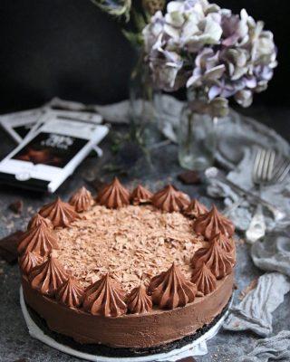 Gilla bilden om du tycker som jag. Idag kan vi ALLA här på Instagram behöva lite mer kärlek och choklad, massa choklad. Eller min no-bake chokladcheesecake. Puss och massa kramar till er. 😘❤️ Tryck på länken i min profil för receptet. #choklad #baka #köketse #mittkök #hembakat #fika