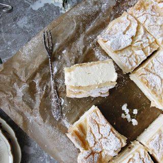 Karpatka, polsk kaka. En drömgod och len kräm som trycks ihop mellan två lager petit choux bottnar och toppas med ett tunt lager florsocker. Följ @simonamuntean_ för fler härliga recept.  Klicka på länken i min profil för receptet. #simonamuntean_ #karpatka #kaka #baka #hembakat #fika #fikatime #mittkök