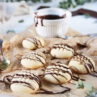Vaniljkakor till söndagsfikat. Recept⬇️  TAGGA en vän som älskar fika och som kommer uppskatta receptet.   SPARA receptet till senare↗️  VANILJKAKOR En sats ger ca 24 -30 kakor Tid: ca 30 min  Ingredienser: * 225 g normal saltat smör, rumstempererat * 5 dl vetemjöl * 1 1/4 dl florsocker * 1 tsk vaniljsocker * 4 msk potatismjöl * 100 g ljus choklad att ringla över  Gör så: 1. Förvärm ugnen till 175 C. Klä två bakplåtar med bakplåtspapper. 2. I en stor skål, vispa smör med en elektrisk mixer i 1 minut eller tills den är luftigt. 3. Tillsätt vetemjöl, florsocker, vaniljsocker och potatismjöl och blanda till en mjuk kakdeg. 4. Rulla ungefär två teskedar av kakdeg i dina händer till en boll och placera på plåt. Upprepa med återstående kakdeg. 5. Tryck ner varje kaka med en gaffel. 6. Grädda kakorna i mitten av ugnen för ca 12 minuter. Låt dem svalna lite innan du överför dem till galler för att svalna hel. 7. Smält chokladen i mikron, ca 30 sekunder åt gången. Rör i emellan åt. 8. När allt choklad har smält ringla över kakorna och låt den stelna. 9. Kakorna förvaras i låda med lock.  ✨För flera härliga bakverk FÖLJ @simonamuntean_ och tack för att du trycker på ❤️.✨  #simonamuntean_ #fika #baka #allakanbaka #mittkök #hembakat #fördig #kakor #småkakor