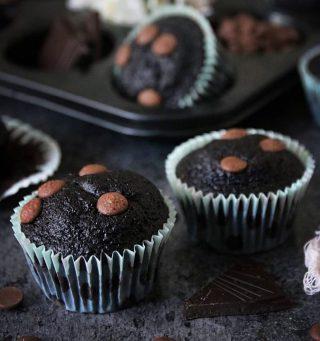 En muffins ska vara så saftig att du inte behöver frosting på tycker jag. Och dessa chokladmuffins är verkligen inget undantag. Jag inser att det börjar bli mycket choklad som upptar mina tankar. Täcken på att vi går mot mörkare tider. 🤷🏻♀️🤷🏻♀️🤷🏻♀️ Tryck på länken i min profil för recept. #choklad #muffins #baka #mittkök #köketse #hembakat