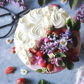Dekoreringstips!  Dekorera ena halva cheesecake/pajen/tårtan med vispgrädde och den andra med frukt/bär/ätbara blommor och blad. Spara inlägget för det kan komma till användning.  Receptet på cheesecaken hittar du via länken i min profil. #baka #cheesecake #tips #hembakat #simonamuntean_ #fika #köket #mittkök #allakanbaka