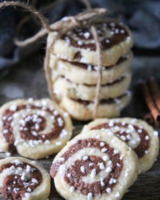 Kanelbullekakor. Spröda mördegskakkor med kardemumma och kanel. Tryck på länken i min profil för receptet. #kakor #baka #hembakat #simonamuntean_ #mördegskakor #fika #swedishfika